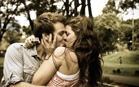 sexy-cuple-kissing