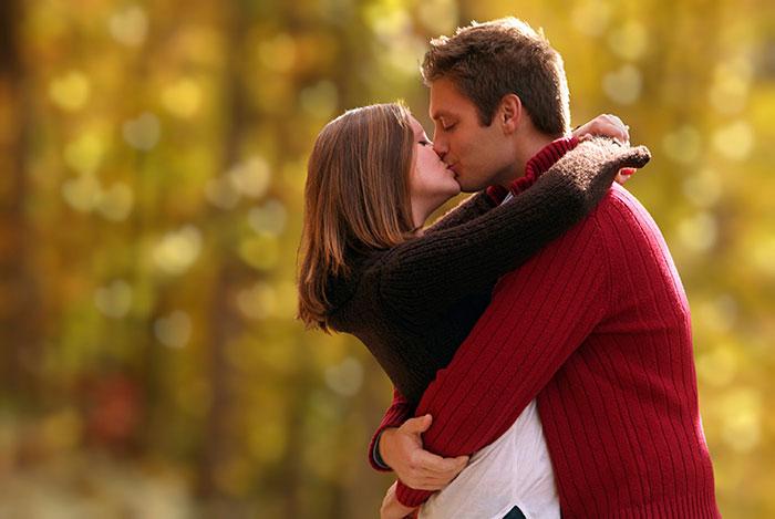pareja-de-enamorados-besandose