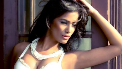 Photo of Poonam Pandey's hot video of her playing 'rock, paper, scissor' goes viral