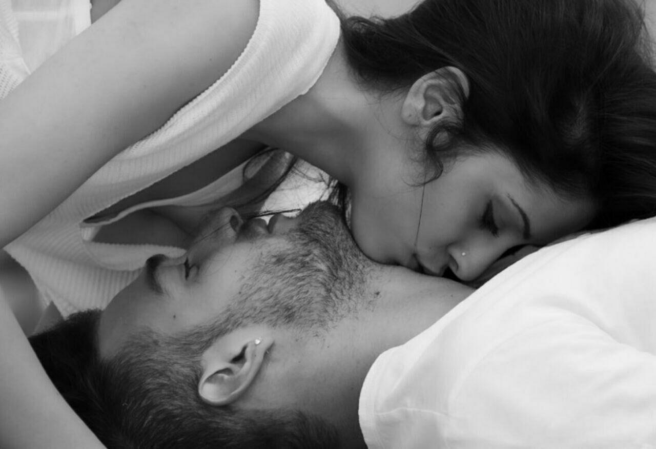 Фото женщина кусает мужчину голого, Мужские яички под ударом » Эротика фото и голых 24 фотография