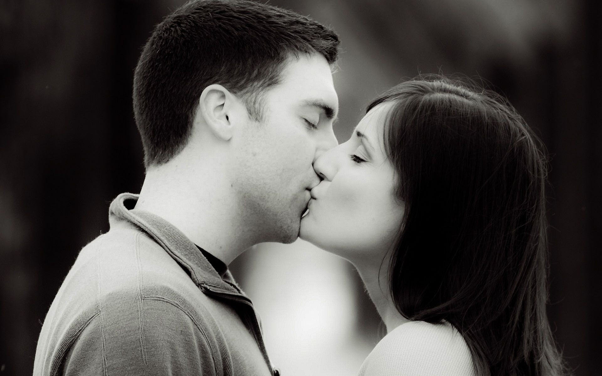 9 Things Every Guy Thinks When He Kisses You For The First
